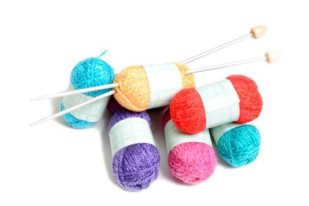 gomitoli di lana: palline multicolori di lana su bianco