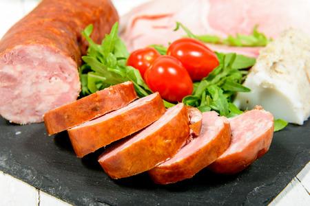 charcutería: plato de embutidos con pan y tomate
