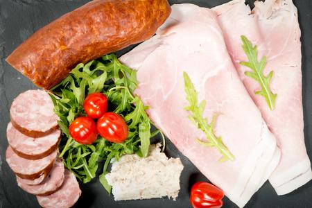 charcuter�a: plato de embutidos con tomates y ensalada