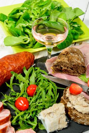 charcuter�a: plato de embutidos con pan vino y tomates