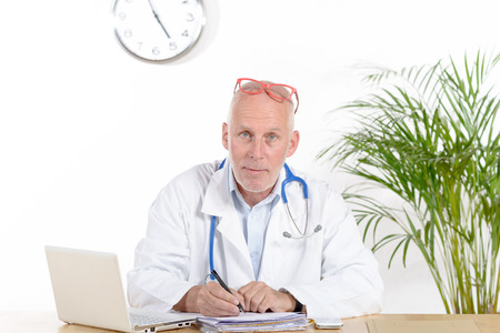 suo: a doctor in his office with red glasses
