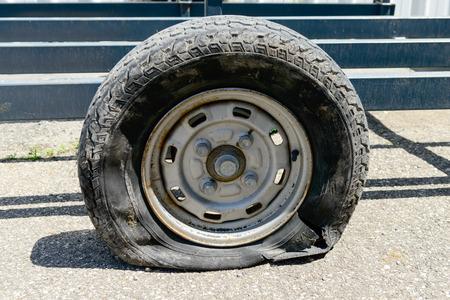 a flat tire on a trailer Foto de archivo