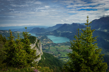 프랑스 알프스에서에 네시 호수보기 스톡 콘텐츠