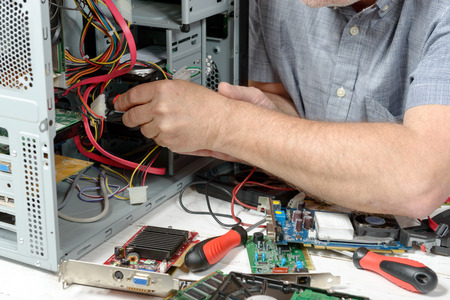 close-up op de handen van de technicus repareren van een computer Stockfoto