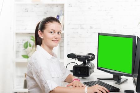 녹색 화면 꽤 젊은 여자 비디오 편집기 스톡 콘텐츠