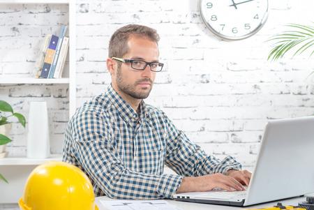 ejecutivo en oficina: joven ejecutivo que trabaja con su computadora en su oficina