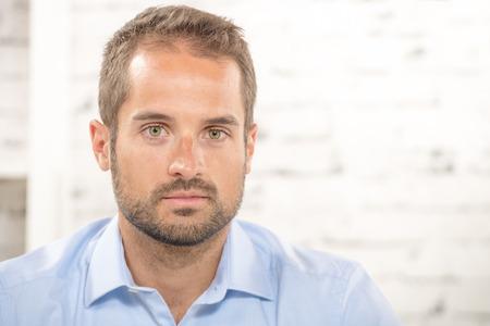 hombres jovenes: retrato de un joven empresario con camisa azul