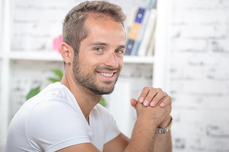 modelos hombres: retrato de un joven ejecutivo en su oficina