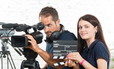 카메라맨과 영화 카메라가있는 젊은 여성 스톡 콘텐츠