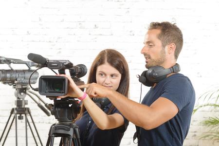 een cameraman en een jonge vrouw met een filmcamera Stockfoto