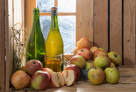 bottles and glass of cider with apples Foto de archivo