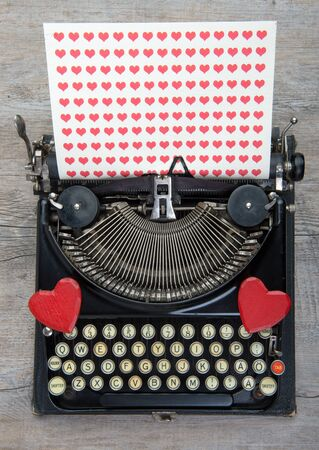 couple amoureux: Old typewriter with love heart Banque d'images