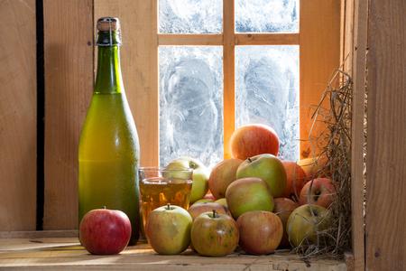 appels en een fles en glas cider