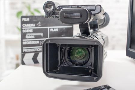 Cámara de vídeo profesional con una claqueta Foto de archivo - 46787030