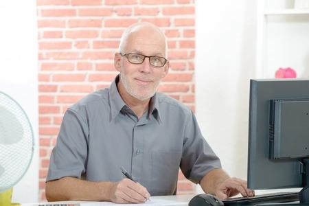 중간 나이 사업가 사무실에서 컴퓨터에서 작동