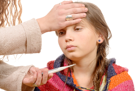 母親は病気の子供の発熱を測定します。白い背景に分離