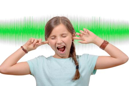 어린 소녀는 그의 귀, 배경에 사운드 녹색 물결을 다룹니다.