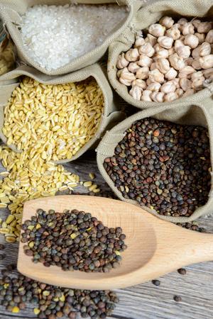surtido de secado verduras, lentejas, garbanzos, trigo y arroz Foto de archivo