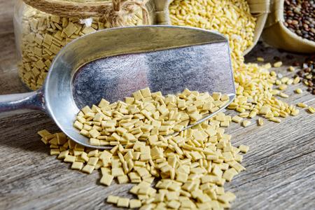 legumbres secas: un surtido de verduras secas en mesa de madera