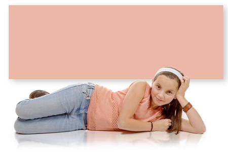 ragazze bionde: un ritratto di bambina sorridente sdraiato sul pavimento isolato su sfondo bianco