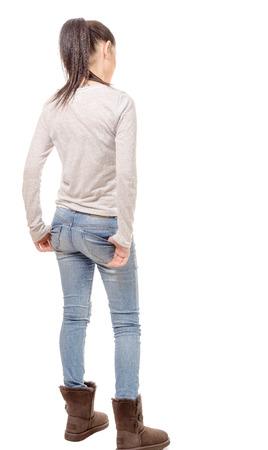 personas mirando: una mujer bastante joven de pie sobre fondo blanco, vista posterior