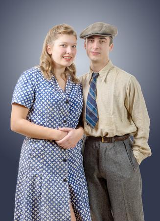 humilde: las parejas de los trabajadores jóvenes en ropa vintage, 40s
