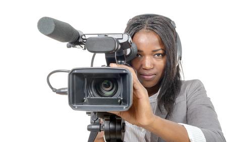 una joven mujer afroamericana con cámara de video profesional y auriculares