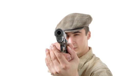 hombre disparando: un joven de disparo con un arma de fuego, ropa de época, aislado en un fondo blanco