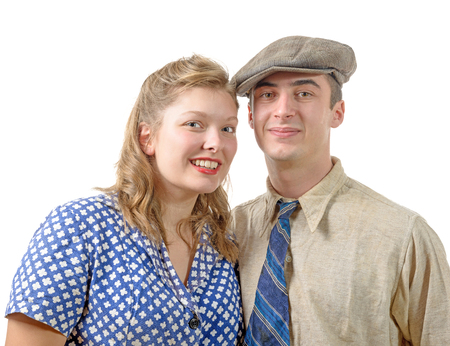 humilde: una joven pareja en ropa de época, años 40, en blanco Foto de archivo