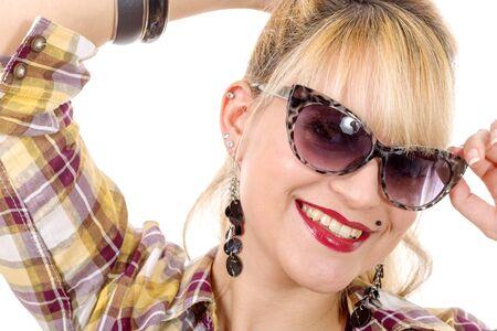 ni�as sonriendo: una mujer rubia bastante joven con gafas de sol Foto de archivo