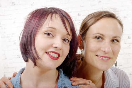trato amable: un retrato de una hermosa dos mujeres j�venes sonriendo