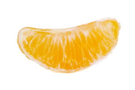segmentar: un primer plano de segmento de mandarina, aislado en fondo blanco Foto de archivo
