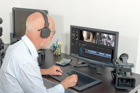 een video-editor in zijn atelier Stockfoto
