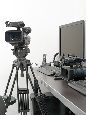 a professional video camera and computer for edition Imagens