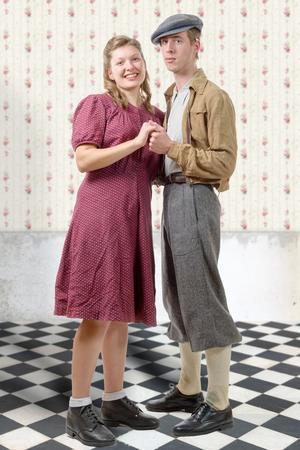 humilde: unos jóvenes bailarines pareja en ropa de época, 40s