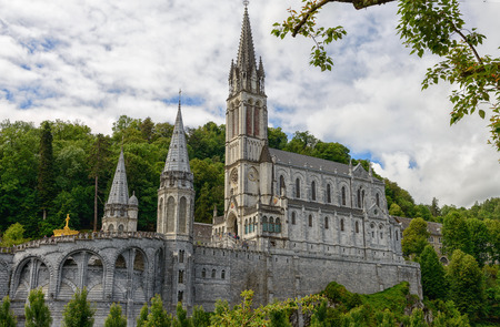 a view of the basilica of Lourdes in France Foto de archivo