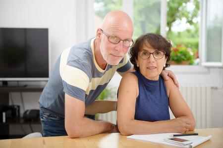 een portret van een senior paar in hun huis