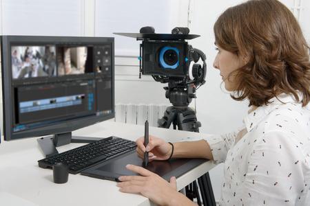 jonge vrouwelijke ontwerper met behulp van grafische tablet voor videobewerking