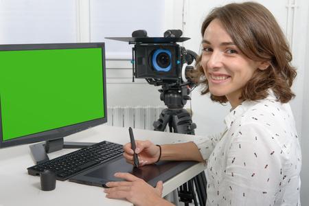 비디오 편집을위한 젊은 여성 디자이너 사용하여 그래픽 타블렛
