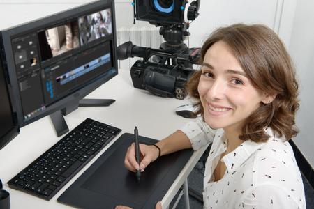 그래픽 편집을 위해 그래픽 태블릿을 사용하는 젊은 여성 디자이너