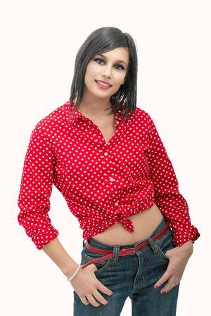 retrato de una mujer joven y bella morena con camisa roja Foto de archivo