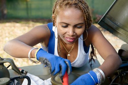 mujer trabajadora: hermosa joven afroamericano motor de reparación de la mujer del mecánico de coche