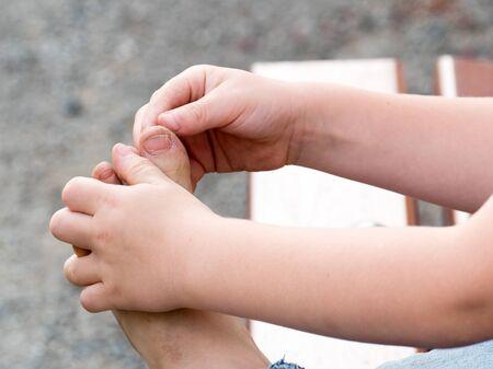 pieds sales: un gros plan de pieds sales d'un petit garçon