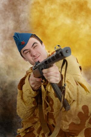 seconda guerra mondiale: giovane soldato sovietico WW2 con la mitragliatrice, attacco
