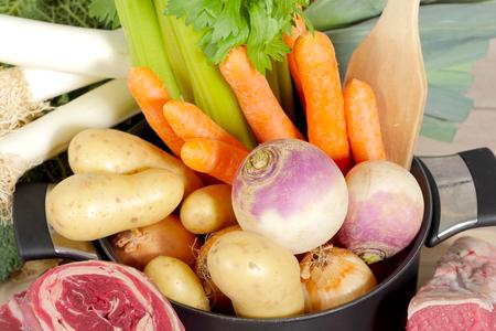 Boeuf et légumes pour la préparation du français pot-au-feu Banque d'images