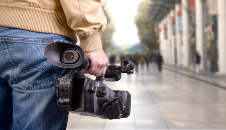 카메라맨 거리에서 그의 전문적인 캠코더를 들고