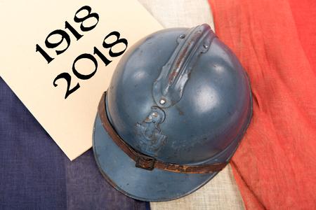 Franse militaire helm van de Eerste Wereldoorlog op een rood witte blauwe vlag
