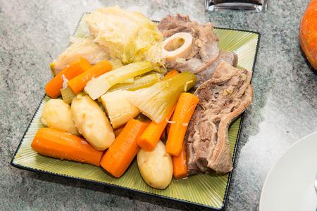 ragoût de boeuf et légumes, un pot au feu