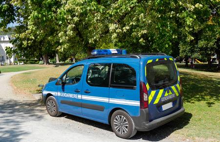 une voiture bleue de la gendarmerie française