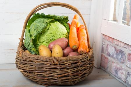 panier de légumes crus pour cuisiner un Pot-au-feu français Banque d'images